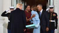 ماذا أهدت ميلانيا لميشيل أوباما داخل العلبة الزرقاء؟ (فيديو)