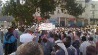 عدن.. مئات العسكريين يتظاهرون أمام بوابة معاشيق للمطالبة بصرف رواتبهم