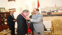 سفير واشنطن السابق يدعو الحكومة الشرعية والتحالف العربي لسرعة السيطرة على ميناء الحديدة