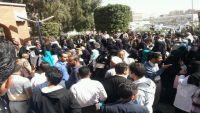 مليشيا الحوثي تعتدي على طبيبة بمستشفى الثورة بصنعاء خلال احتجاجات تطالب بصرف المرتبات (فيديو)