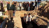 """أهالي """"خان شيخون"""" يبدؤون دفن ضحايا القصف الكيميائي على بلدتهم"""