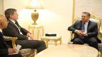 بن دغر يطالب أمريكا بإلزام المليشيا الانقلابية بتوريد الإيرادات إلى البنك المركزي في عدن