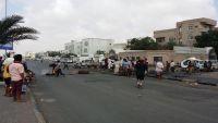 عدن.. احتجاجات متواصلة لعسكريين أمام منزل الميسري للمطالبة بصرف الرواتب (صور)