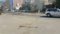 عدن .. مواطنون غاضبون يغلقون مداخل كريتر ومعاشيق للمطالبة بتحسين خدمة الكهرباء