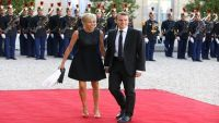 """عالِمة نَفس روسية: لهذا السبب تزوّج مرشّح الرئاسة الفرنسية """"ماكرون"""" بامرأة تكبره بـ25 عاماً!"""