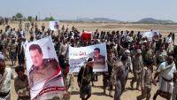 تشييع جثمان قائد شرطة إببعد 100 يوم من مقتله بمأرب (صور)