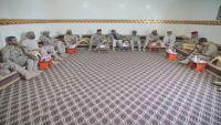 الفريق محسن يرأس اجتماعا عسكريا في مأرب ويدعو أبناء المؤسسة العسكرية للالتحاق بالشرعية
