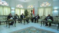 السفير الأمريكي يشدد على ضرورة التنسيق بين الحكومة اليمنية وبلاده في مجال مكافحة الإرهاب