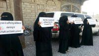 """""""أمهات المختطفين"""" تندد بتجويع أبنائها بسجون الحوثيين في الحديدة"""