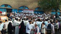 المئات من موظفي تعز ينفذون وقفة احتجاجية للمطالبة بصرف المرتبات