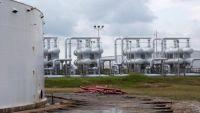 أسعار النفط تهبط 2% بفعل مؤشرات على استمرار تخمة المعروض