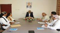 محافظ صنعاء يوجه باستكمال لجان الإغاثة وتكوين قاعدة بيانات النازحين بالمديريات