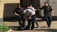 القائم بأعمال سفير روسيا يستدعي الشرطة لإخراج الطلاب من مبنى السفارة بالقوة (صور)
