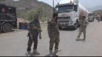 أفراد القوات الخاصة يقطعون الخط العام بالضالع احتجاجا على استمرار قطع مرتباتهم