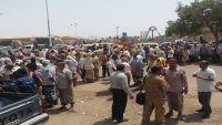 الأمن يمنع عشرات العسكريين من الاحتجاج قرب القصر الرئاسي بعدن