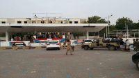 عدن.. احتشاد عشرات المسلحين أمام إدارة الأمن للمطالبة بتسليم قتلة حسين قماطة