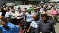 مسيرة جماهيرية واحتجاجات واسعة لموظفي تعز تطالب الشرعية بصرف المرتبات