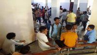 استياء وإغماء لبعض الطلاب المتقدمين لكلية الحقوق بعدن بسبب حشرهم في الممرات وارتفاع الحرارة