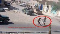 صور أولية ينشرها أمن مأرب توضح اعتداء المتظاهرين بالسلاح على حراسة مبنى المحافظة