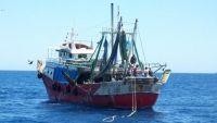 الداخلية تعلن ضبطها سفينة تهريب إيرانية في المياه الإقليمية اليمنية