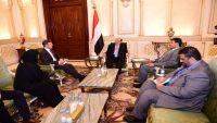 الرئيس هادي يستقبل سفيري واشنطن ولندن ويناقش معهما تطورات الأوضاع