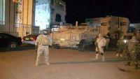 عدن.. تعزيزات عسكرية وسيارات إسعاف تصل التواهي قادمة من مقر القوات الإماراتية