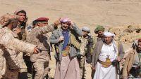 محافظ صنعاء يتفقد قوات الجيش الوطني في المواقع الأمامية لجبهة نهم