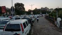 عدن .. طوابير طويلة للمواطنين أمام محطات الوقود عقب نفاد المشتقات النفطية
