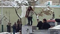 اعتقال 29 إمراة في إيران بسبب خلع الحجاب ـ (فيديو)