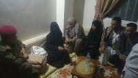 قائد محور تعز ووكيل المحافظة يزوران أسرة الشهيدة رهام البدر في منزلها