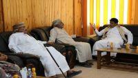 محافظ المهرة يلتقي مسؤول عماني