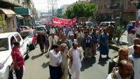 متظاهرون في تعز يتهمون الشرعية والتحالف بخذلان المحافظة