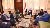 هادي يلتقي السفير الأمريكي ويؤكد على السلام المبني وفقا للمرجعيات الثلاث