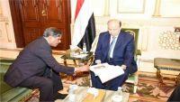 ما دوافع زيارة محافظ حضرموت للرئيس هادي بالرياض؟
