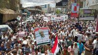 الآلاف في تعز يشيعون جثمان الشهيد عمر دوكم