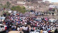 مسيرات احتجاجية بتعز وخطباء يضعون شريطا لاصقا على أفواههم احتجاجا على الاغتيالات