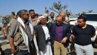 محافظ تعز يصف المتظاهرين ضد قوات طارق صالح بالطابور الخامس والغوغائيين
