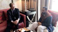 الشيخ حميد الأحمر يبحث مع سفيري بريطانيا وفرنسا مستجدات الأوضاع في اليمن
