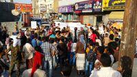 مواطنون يتظاهرون في عدن احتجاجاً على ارتفاع الأسعار وتردي الوضع المعيشي