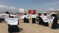 وقفة لأمهات المختطفين بسجون تشرف عليها الإمارات في عدن يطالبن بالكشف عن مصير أبنائهن