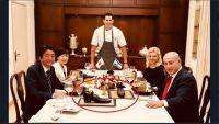 نتنياهو يقدم الحلوى لنظيره الياباني في حذاء ويثير زوبعة دبلوماسية