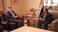 مسؤول أمريكي يشيد بجهود الحكومة اليمنية في مكافحة الإرهاب