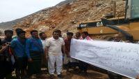 البدء في ترميم وإصلاح الطرق المتضررة من الإعصار في سقطرى