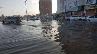 سيول غزيرة في عدن تعرقل حركة المرور وتعطل شبكة الكهرباء