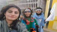 لأول مرة.. سيلفي امرأة غير محجبة مع عناصر طالبان!
