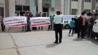 مقتل مواطن في اشتباكات مسلحة بتعز واحتجاجات للكادر الطبي بمشفى الثورة