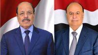 الرئيس هادي يجري اتصالا هاتفيا بنائبه ويعزيه في وفاة العميد محمد صالح الأحمر