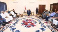 هادي يلتقي شخصيات من المهرة بينهم المحافظ السابق ومدير الأمن المُقال