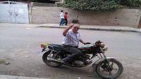 أكاديمي بجامعة صنعاء يقرر العمل على دراجة نارية لإعالة أسرته (صورة)