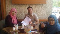 """فريق """"نساء تعز"""" يسلم مسؤولاً أمميا رسالة للمطالبة بفتح طرق إنسانية في المدينة المحاصرة"""